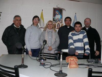 El equipo de El Cuentito: izquierda a derecha: Miguel Gorosito (locutor), Andrea Morán (locutora), María Rosa Brulc (atiende las llamadas de los oyentes), don Aarón (sacerdote invitado y entrevistado el día de la foto), Matías González (locutor) y el padre Arturo Saiz.